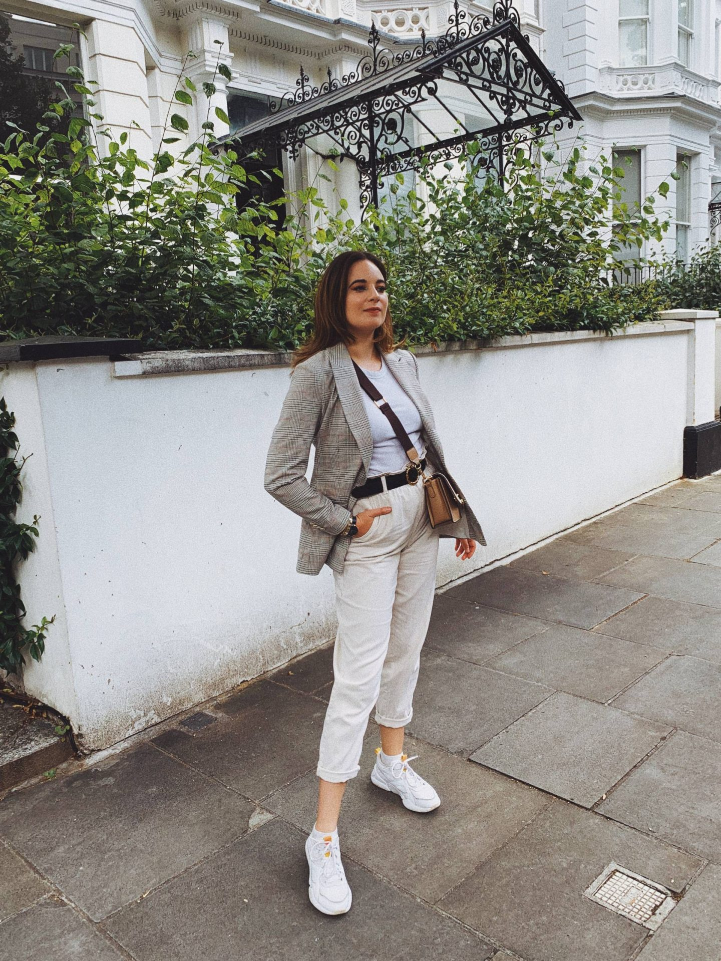 casual day cream jeans outfit